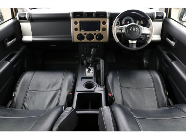 ベースグレードの車内!綺麗な状態を維持しております!ブラックレザー調のシートカバーが装着済み!