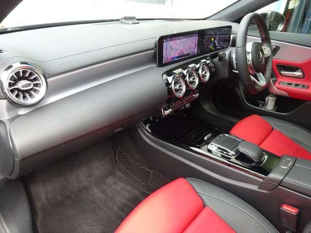 見た目の美しさばかりではなく各種操作系が機能的にレイアウトされているため、安全な運転操作が可能です。