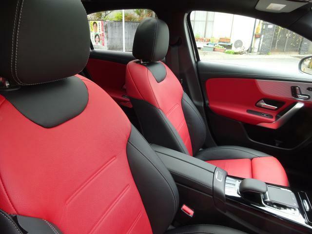 サイドの張り出しを強め新形状のシートパッドの採用により乗員の身体をしっかりサポートします。