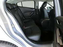 後部座席も当然、綺麗・清潔に仕上げております。内装の綺麗なお車は気持ちが良いですし、コンディションのいい車が多いです。オススメの1台です。