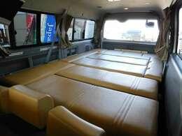 床面積全てをベッドに変える事の出来るレイアウト 少人数の旅ならテーブルと2列目シートと常設ベッドというレイアウトも可能です。