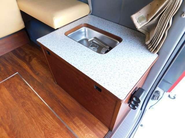 ベッド下に収まるコンパクトなシンク 専用8リッター塩ビタンク給排水 カセットコンロ