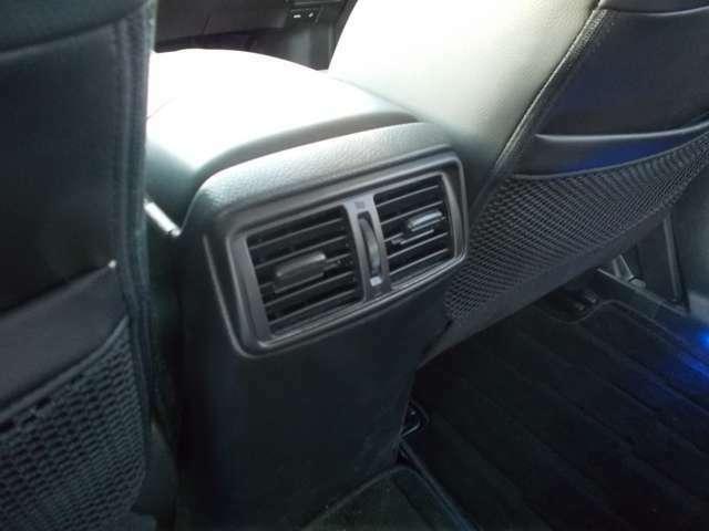 2列目にもエアコンの空気口がありますので、広い車内ですが冷暖房が速やかに行き届きます!