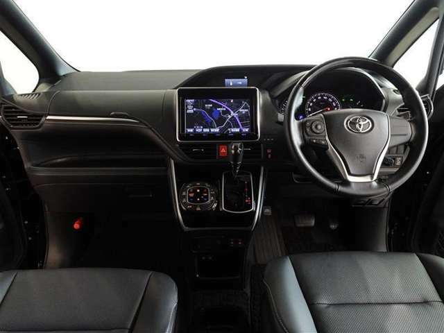 ウッド調と革巻きのステアリングで、快適な操作性の運転席です。上質なデザインでリラックスできます。