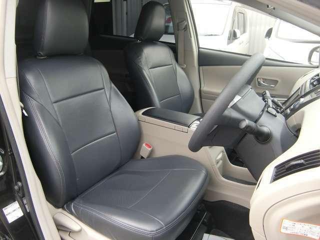 足元広々なフロントシート♪専用の黒レザーシートカバーがカッコいいですね♪低走行で車検が令和3年11月まで残りの特選車♪お早めに(>。<)