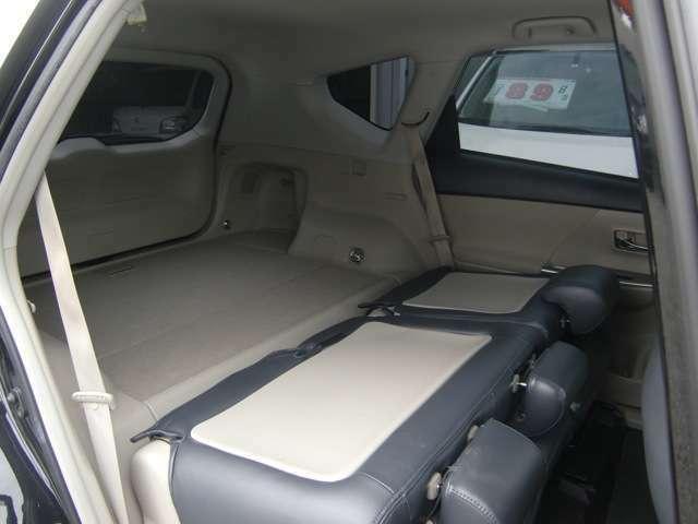リアシートは左右別々に簡単に格納出来ます♪シートを倒すと、こんなに荷室が広がります♪大きな荷物が有る時も安心の容量が有りますね♪