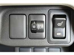 【ヘッドライトレベリングダイヤル】乗員の人数や荷物の重さなどによる車両姿勢の変化に応じて、ヘッドライトの照らす方向(光軸)をダイヤルを回して調整できます。 シートヒーター(運転席)装備(*^-^*)
