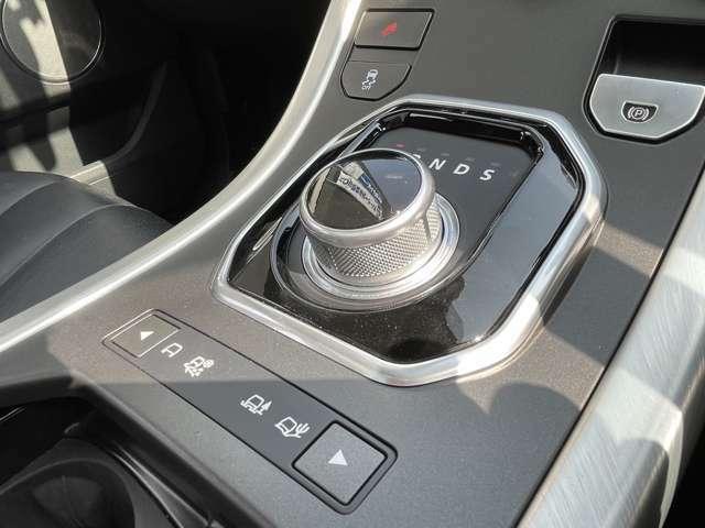 エンジンONで立ち上がるコマンドシフトがスタイリッシュですね!フルタイム4WDシステムとランドローバーのテレイン・レスポンスが備わっている