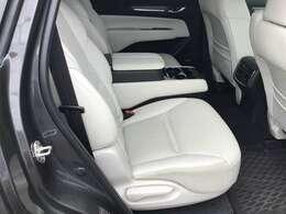 2列目シートは独立シートなので隣を気にせず座れますし、コンソールが付いてます。大切な方をぜひ後部座席へ。