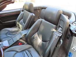しっとりとした上質な本革シートにシートヒーター装備。モータースポーツに通ずるメルセデスにふさわしいホルード性が高い設計となっております。