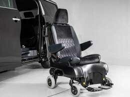 サイドリフトアップシート車(脱着タイプ)。セカンドシートが回転して、車外へスライドダウン。シートは脱着でき、車いすとしてご利用いただけます。