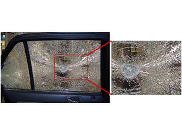 シルフィードを施工したガラス。ガラスは割れますが、フィルムによって飛散が抑えられ、安全性を確保できます。