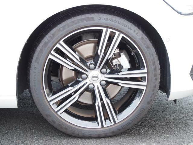 オプション装備のダイヤモンドカットブラック 19インチアルミホイール