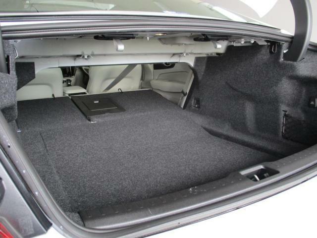 後席シートバックを倒してトランクスルーにすることも可能です。