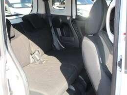 足元が広くて快適な後部座席。