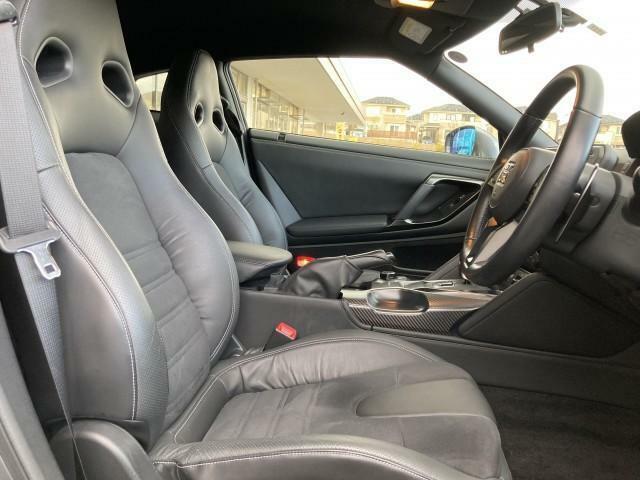 GTR専用シート。面で支えるので走行安定性が向上。腰のホールド性や疲労を軽減させる専用設計シート