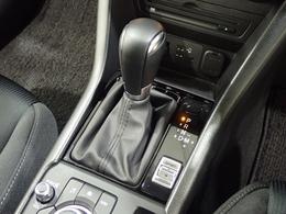 ドライブセレクションはシフトレバー横のスイッチをSPORTモードにすると、アクセル操作に対して力強い加速を発揮。スポーティな走りはもちろん高速道路の合流でもドライバーの意図に沿った加速をサポートします。