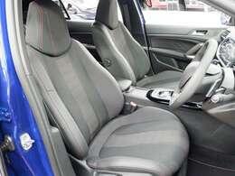 サイドサポートが大きく張り出し、ホールド性の良いフロントシート。