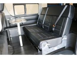 人気内装のVER2!三人掛け対面式シート、テーブル付き!フルフラット展開!