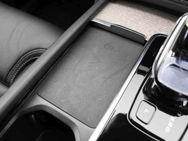 シフトノブの左側があなたのスマートフォンの定位置になります。対応機種のスマートフォンを置いておくだけで充電可能。すっきりと収納できて、使いたいときにはすぐに手に取れます。