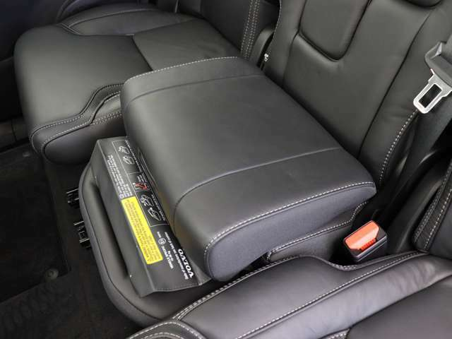 セカンドシートセンター席は、可倒式の為長尺物を積載する際に重宝するとともに、座面を上昇させることでチャイルドクッションとしても使える機能を備えています。