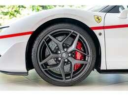 20インチのダークペイント鍛造ホイールと赤色のキャリパーが白いボディによく映えます。
