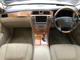 清潔感ある落ち着いた雰囲気での車内となっており、ウッドパネルとなておりますので高級感が溢れる車内となっております♪扱いやすい操作パネルとなっております♪