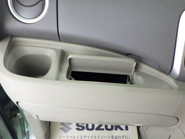ドリンクホルダー横から ティッシュを取り出せます。運転席からでも手が届き、使い勝手◎