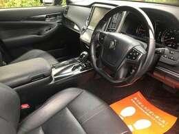 内装は黒革シートで運転席・助手席シートヒーター&クーラー装備で豪華内装です!スマートキー!プッシュスタート!純正HDDナビはDVD再生・地デジ・Bluetoothなどにも対応!ブラックウッドスポーツハンドル!