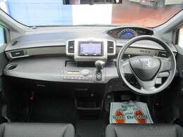 スッキリとした運転席回りで操作性がいい。