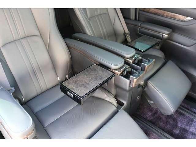 格納式テーブルを完備しております! 読書灯もありますので車内での、お食事やお仕事、読書の時などに活用頂けます!