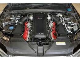 4.2L V型8気筒FSI直噴エンジンを搭載。450ps、43.8kg・m発生!(カタログ値)