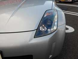 スモーク塗装が施されたヘッドライトとLEDポジションライトがカッコイイです