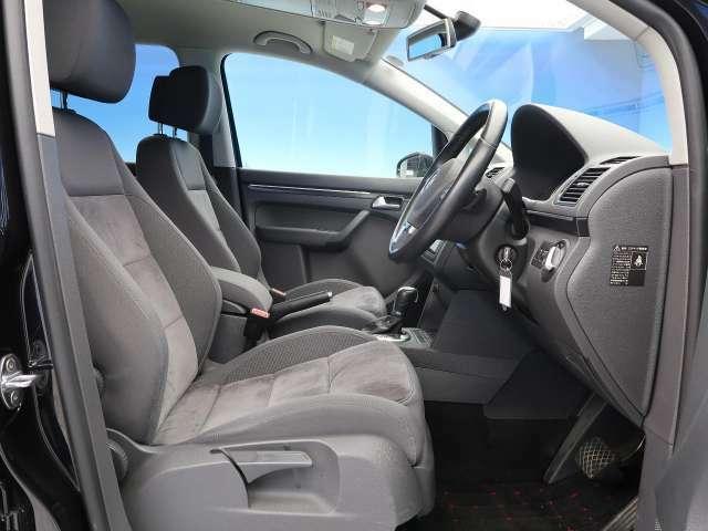●アルカンターラ/ファブリックコンビスポーツシート:質感良くスポーツタイプのシートなので長時間乗っても疲れないシートです!