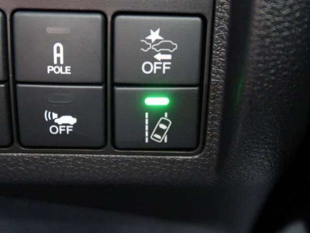 【車線維持支援システム】高速道路走行時、車線からはみ出しそうな時にステアリングを制御。より安心・安全な運転をサポートしてくれます!