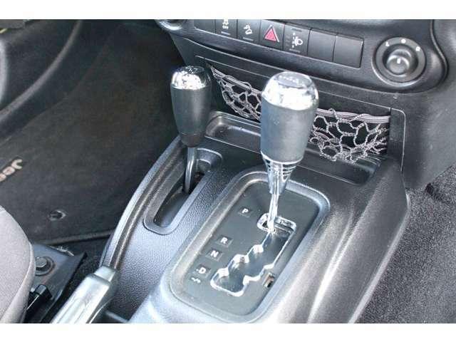 トランスミッションは5速オートマ。パートタイム4WDですので路面状況に合わせて切り替え可能です。