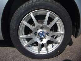新品タイヤ・社外アルミホイールに替えてます。