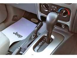 トランスミッションは4速オートマ。パートタイム4WDですので路面状況に合わせて切り替え可能です。