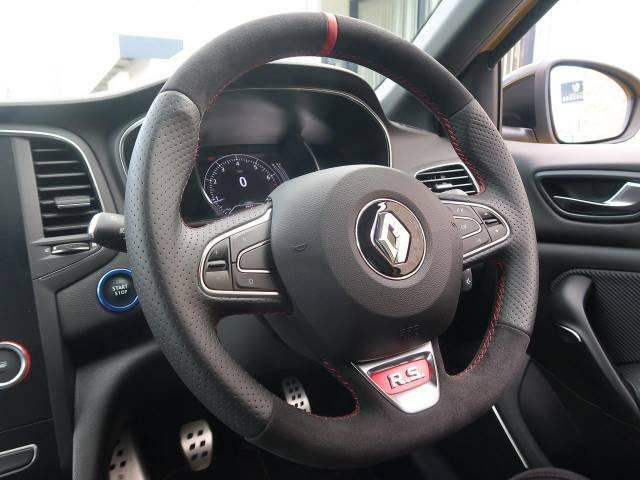 ●革巻きスポーツステアリング『高級感溢れるコックピットは運転を視覚的にも楽しませてくれます!』