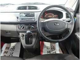 運転席周辺の画像です。内装色はブラック調です。