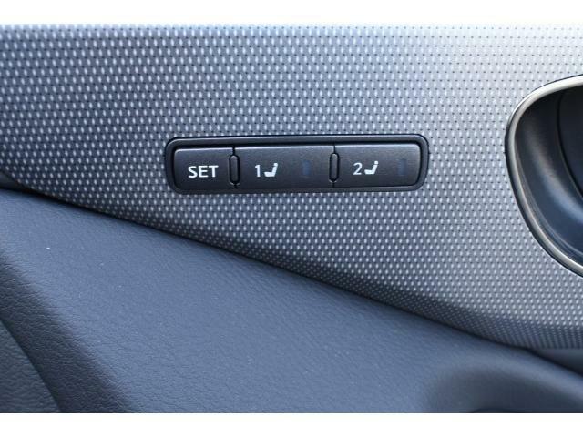パワーシートで自分に合った位置を微調整することが出来ます。しかもメモリー機能搭載でシートを動かした際にボタン一つで元の位置に♪