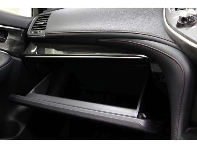 ●グローボックスも大容量!!!取扱説明書や車検証、小物類などの収納も可能です。