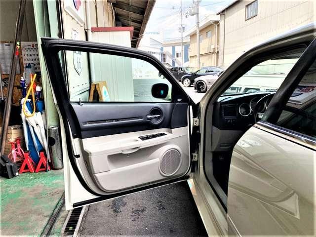 運転席はシートは使用感があり多少のシワは御座いますがその他は汚れ等無くとても綺麗な状態です。
