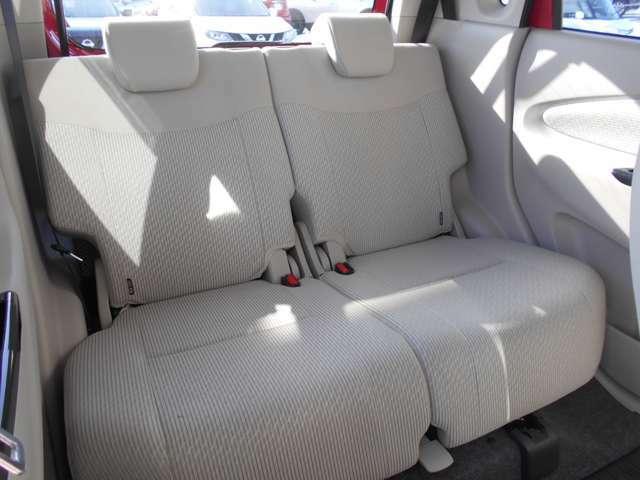 後部座席もヘッドレスト付で広々です。