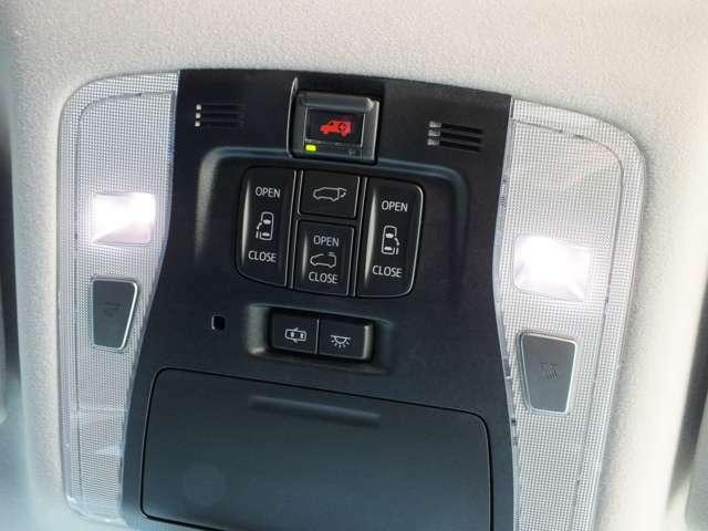 各電動ドアのスイッチがオーバーヘッドコンソールに装備されています。