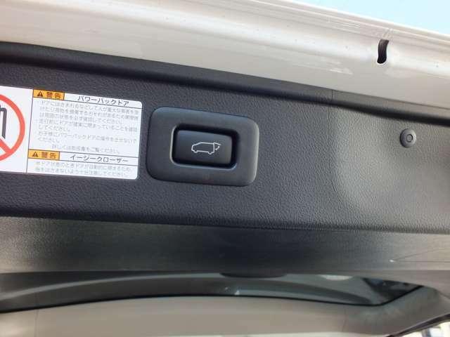 パワーリアゲートを装備。運転席のスイッチからもキーレスリモコンからも操作可能です。