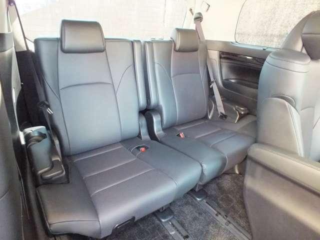 サードシートにもゆったりと座れるスペースがございます。