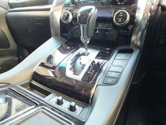 ピアノブラックのダッシュパネルと、ウッドパネルです。シートヒーター&ベンチレーションのスイッチはシフトノブ下にございます。