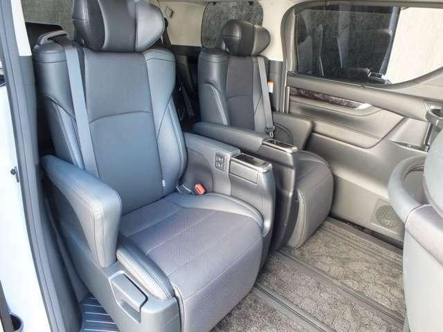 セカンドシートにはパワーシートを装備したキャプテンタイプの7人乗りとなります。