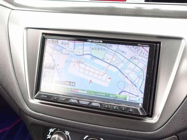 カロッツエリア製HDD地デジナビゲーション装備。CD、DVD、SDカードの再生からBluetooth接続も可能な高性能モデル。地デジフルセグチューナーも内蔵しております。
